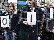 Rassemblement contre Sarkozy. Portraits d'Eric Zemmour.