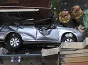 voiture chute étage, conductrice survit