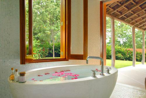 Casa-Torre-Bathtub-Michael-Gilbreadth-Hotel-CuixmalaAmerique-Latine-Mexique-hoosta-magazine-custom-carre