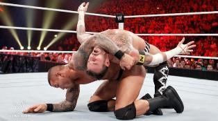 Alors qu'il tombe dans le traquenard des New Nexus Randy Orton place un RKO à CM Punk