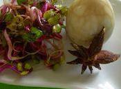 Oeufs marbres noir salade pousses germees