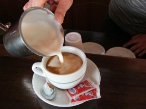 Verser l'émulsion de lait avec un mouvement régulier de droite à gauche