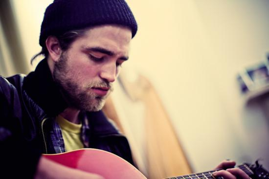Robert Pattinson chante au Songs From a Room