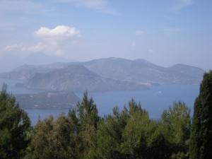 L'île de Lipari vue depuis le point de vue du Capo GriloL'île de Lipari vue depuis le point de vue du Capo Grilo