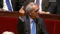 doigt d'honneur d'Emmanuelli pendant réponse Fillon