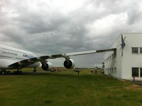 Deux photographies de l'A380 accidenté lors du salon du Bourget