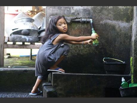 Nyoman, une petite Balinaise, en Indonésie.