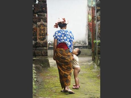 Une mère et son enfant dans un village de Bali, en Indonésie.