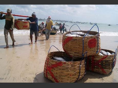 Des pêcheurs de Jimbaran à Bali, en Indonésie.