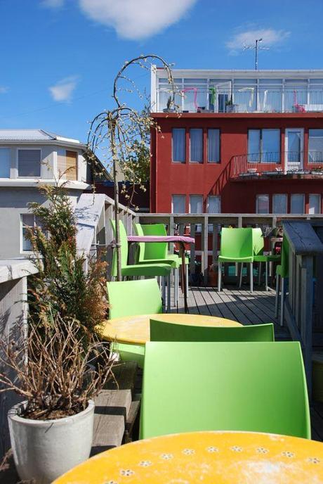 Un café cosy avec terrasse