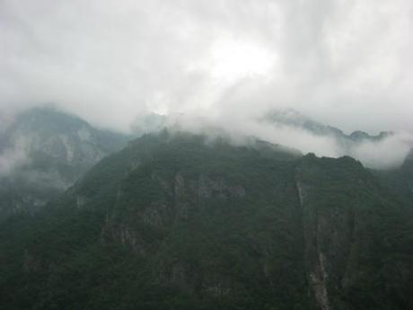 la brume au matin autour des montagnes sur le lac de Mis