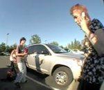 skateurs aident deux bébés enfermés dans voiture plein soleil