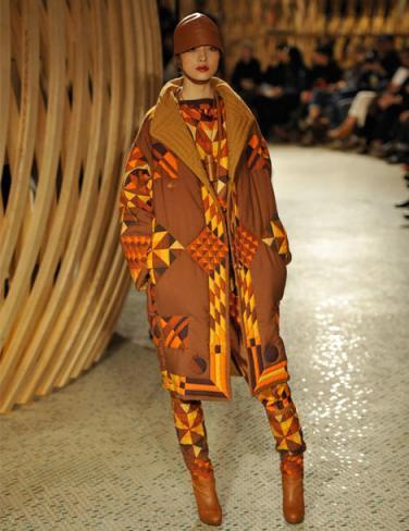 64c9feec78f Défilé Hermès Automne Hiver 2011-2012. L Orange  valeur sûre de l automne…