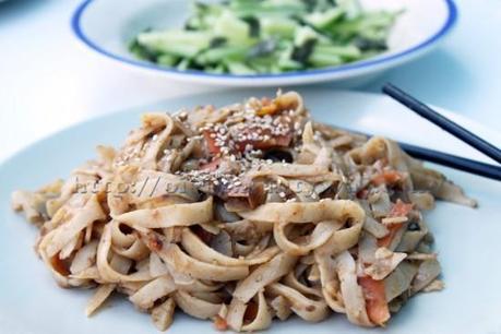 Pâtes et légumes en sauce au wok et concombre à l'algue nori