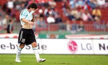 Argentine: Messi tape poing table!