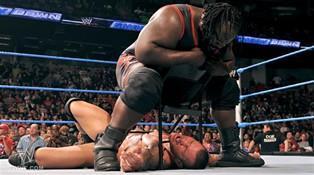 A l'aide d'une chaise, Mark Henry étrangle Randy Orton lors du Smackdown du 09/09/2011