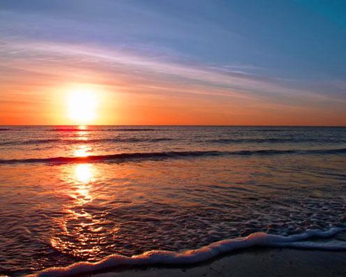le coucher du soleil romantique sur la plage photos d couvrir. Black Bedroom Furniture Sets. Home Design Ideas