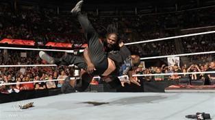 Lors du Raw du 19 septembre Mark Henry attaque les présentateurs Jim Ross et Jerry Lawler