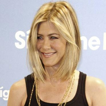 jennifer-aniston-et-son-carre-plongeant-10408758quqoe_2041