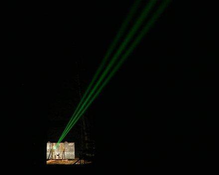 Tirs laser haute énergie de nuit essais Prototype MBDA C-RAM DIRCM 10 kW dirigé sur une cible en mouvement à longue distance dans le cadre du programme AD-HELW de l'AED