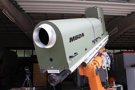 Prototype MBDA de contre-mesures C-RAM avec un laser haute énergie DIRCM 10 kW dirigé sur une cible en mouvement à longue distance dans le cadre du programme AD-HELW de l'AED
