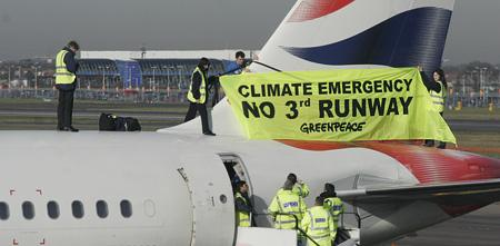 Greenpeace grimpe sur un Boeing à l'aéroport d'Heathrow