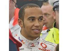 Hamilton devance d'un souffle Ferrari sous temps pluvieux