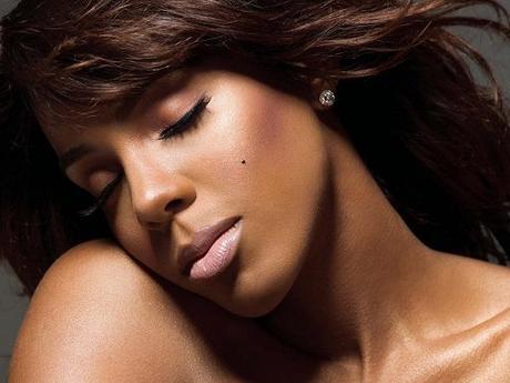 Kelly Rowland continue d'être sexy pour la vidéo de «Down For Whatever»