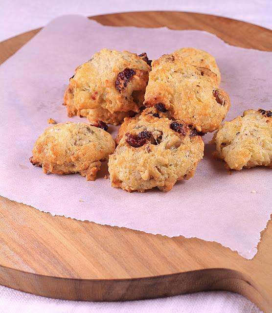 Cookies au roquefort , noix et cranberries