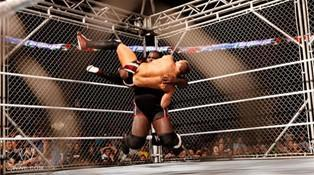Blessé le Champion du Monde Poids Lourds de la WWE Mark Henry parvient a repousser les assauts de Daniel Bryan