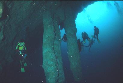 blue-hole-belize-enormes-stalactites.jpg