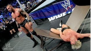 En remportant son match faceà Dolph Ziggler en moins de 7 minutes et 53 secondes Randy Orton remporte le Beat The Clock Challenge du Smackdown du 09/12/2011