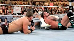 Le Champion de la WWE CM Punk en mauvaise posture face à Alberto Del Rio et The Miz
