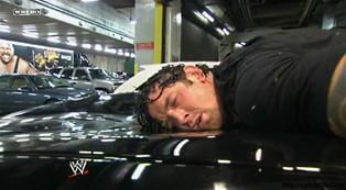 Randy Orton poursuit Wade Barrett dans le parking de Smackdown du 23/12/2011 et l'écrase d'un RKO sur le toit d'une voiture