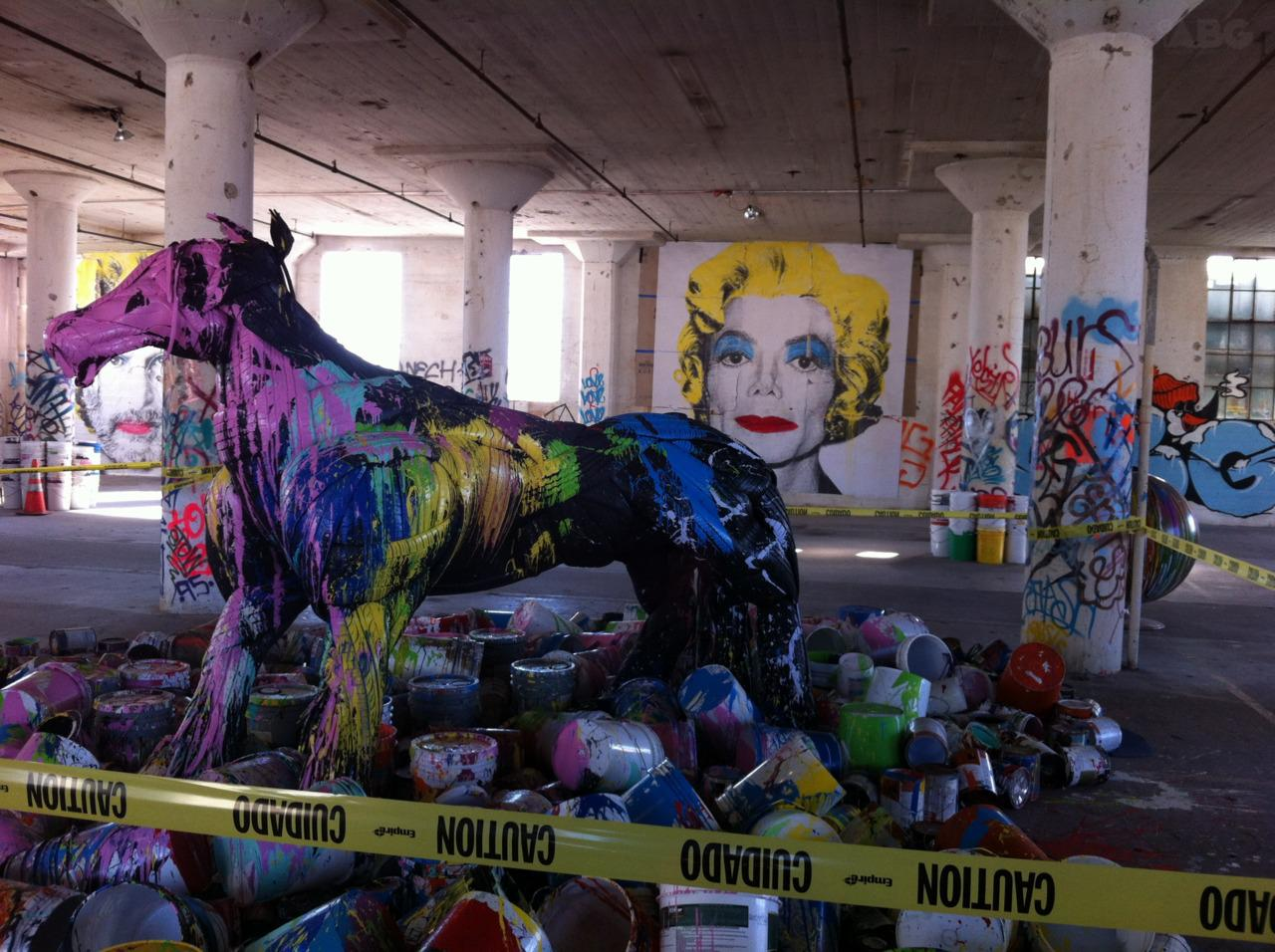 Alicia Keys et Swiss Beatz visitent l'expo de Mr Brainwash