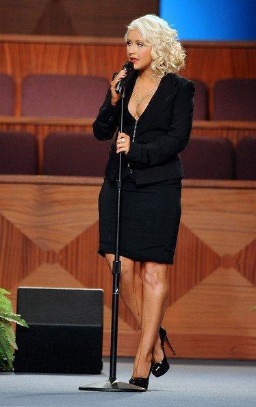 Christina Aguilera : de l urine ou du sang sur sa jambe ? (video)