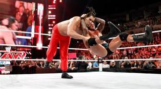 Alors qu'ils combattent en équipe l'entente n'est pas au rendez vous entre The Great Khali et Randy Orton