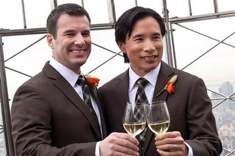 Phil Fung (à dr. ) et Shawn Klein, couple gay depuis 18 ans, trinque au champagne  sur     le toit de  l' Empire State Building après leur cérémonie de mariage au 61 ème étage, le jour de la Saint Valentin.
