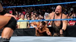 En renvoyant Daniel Bryan au centre du ring lors de son combat contre The Viper, le Big Show entraine la disqualification de Randy Orton