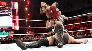 Daniel Bryan utilise sa ceinture de Champion du Monde Poids Lourds pour frapper Randy Orton à la tête lui causant une commotion cérébrale