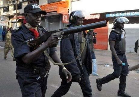 Sénégal - La police est omniprésente à Dakar et empêche tout rassemblement citoyen.