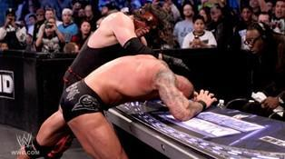 The Big Red Monster Kane agresse Randy Orton lors de son combat contre Daniel Bryan