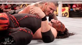Après son attaque de Smackdown Randy Orton se venge de Kane en l'attaquent après son combat contre R-Truth