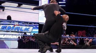 Le GM de Smackdown, Theodore Long, s'impose face à son homologue de Raw John Laurinaitis