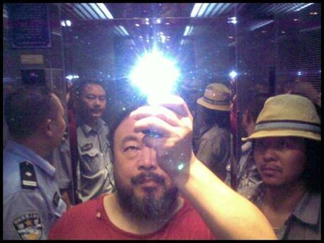 ai weiwei garde a vue En Bref : Les Entrelacs dAi Weiwei au Jeu de Paume...