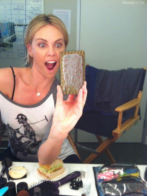 Charlize Theron pete un cable !