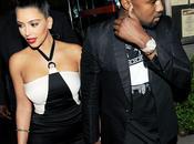 Kardashian Kanye West main dans