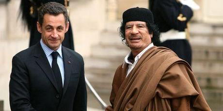 Nicolas Sarkozy recevant le leader libyen Mouammar Kadhafi à l'Elysée en décembre 2007.