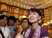 Aung investit officiellement Parlement birman avec autres députés démocrates