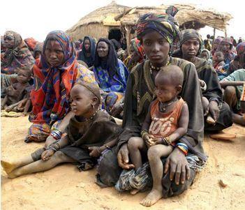 Des femmes maliennes réfugiées attendent avec leurs enfants de recevoir de l'aide du HRC, à Gaoudel, dans le district d'Ayorou, au nord du Niger. Photo (c) H. Caux / UNHCR